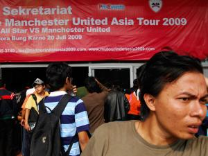 72196_antri_tiket_pertandingan_manchester_united_vs_indonesia_all_star_thumb_300_225